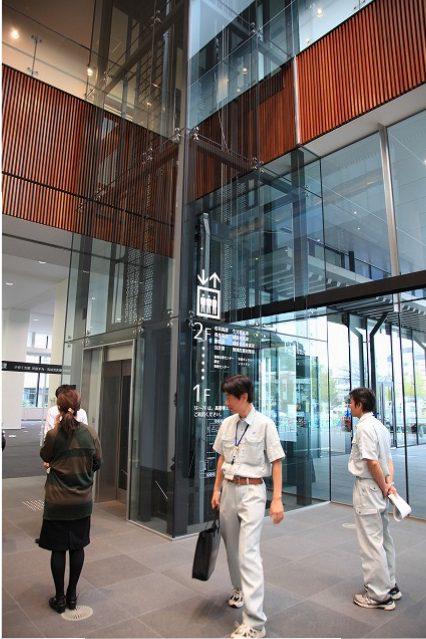 全面ガラス張りでバリアフリーの低層棟用エレベーター